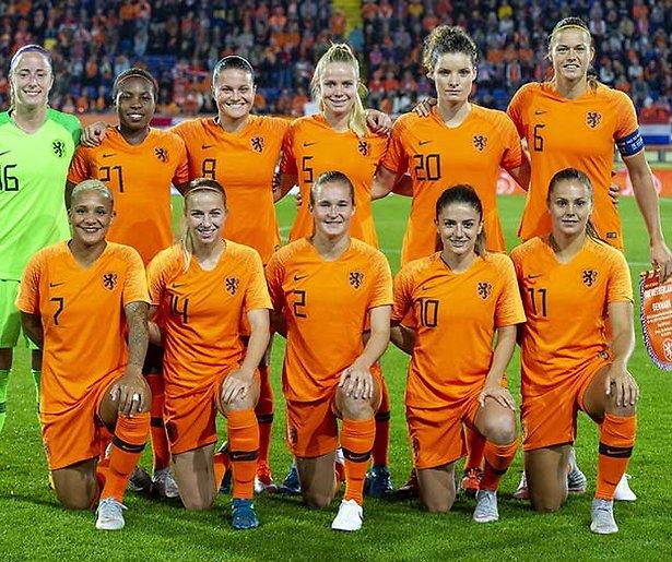 Vrouwen- en mannenvoetbal bij de NOS in juni