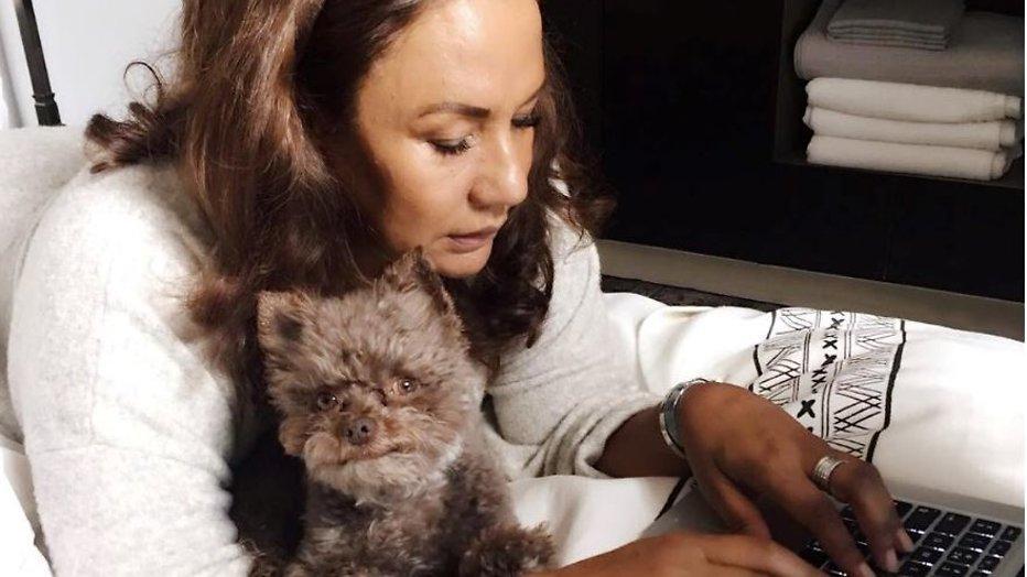 Patty Brard verbijsterd door hond in vliegtuig