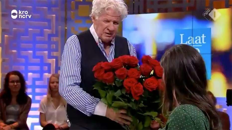 Charmante Willibrord Frequin geeft rozen aan Nadia Moussaid