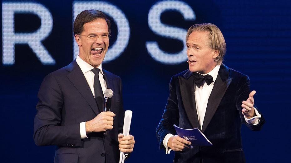Mark Rutte en Jort Kelder varen toevallig voorbij in NOS journaal