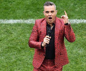 Robbie Williams steekt middelvinger op tijdens Openingsceremonie WK Voetbal