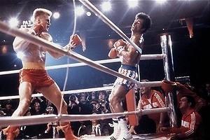 Dolph Lundgren beukt Sylvester Stallone in elkaar in Rocky IV