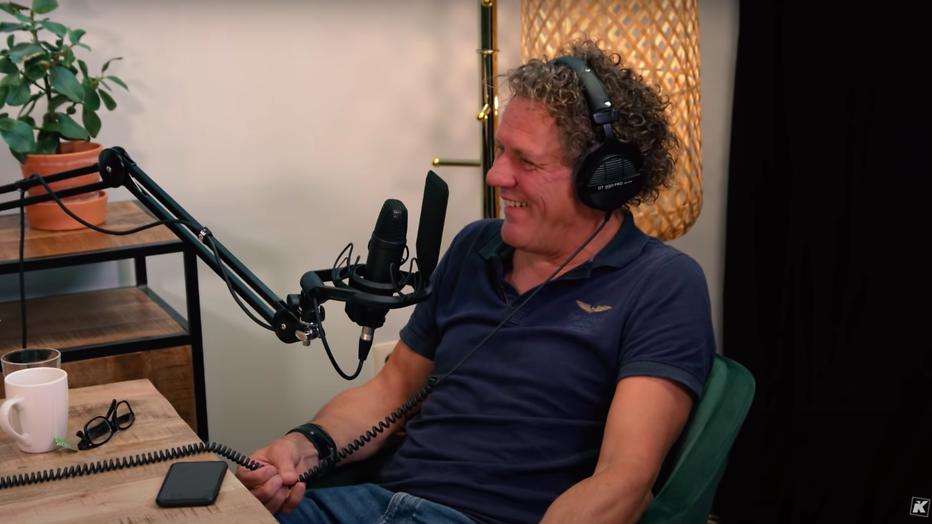 Kees van der Spek tijdens de opnames van de Effe Relativeren-podcast van Kaj Gorgels
