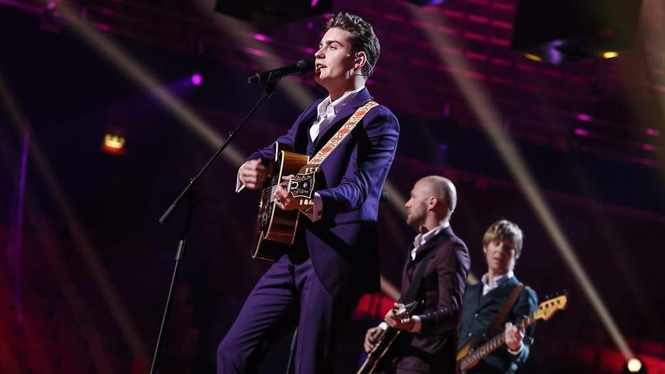 Douwe Bob heeft een paars Eurovisie Songfestival-pak