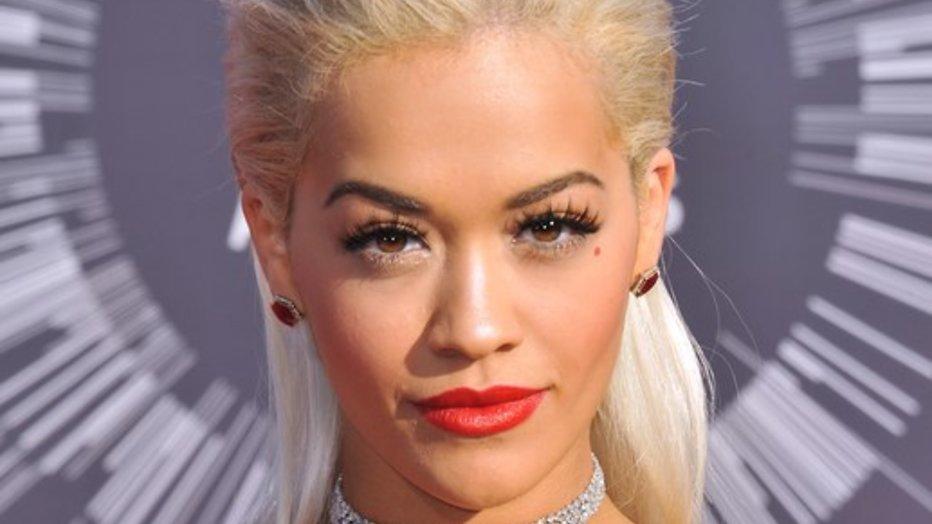 Twitter ontploft door decolleté Rita Ora
