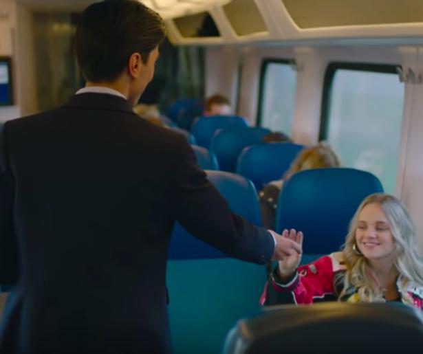 Ali B knipoogt naar trein-uitspraken Thierry Baudet in nieuwe videoclip