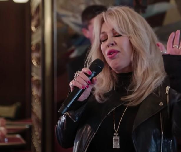 Kijkers dolenthousiast over Patricia Paay's versie van 'Op Me Monnie'