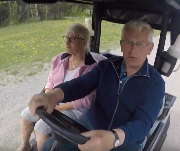 Videosnack: Racen met golfkarretjes in De Wereld Rond met 80-Jarigen