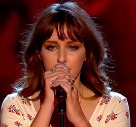 Esmée Denters betreedt de Battle-arena in The Voice UK