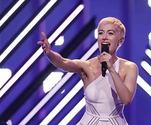Onverlaat pakt microfoon Britse zangeres af op Eurovisie Songfestival