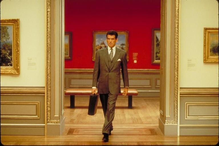 Pierce Brosnan steelt dure kunst