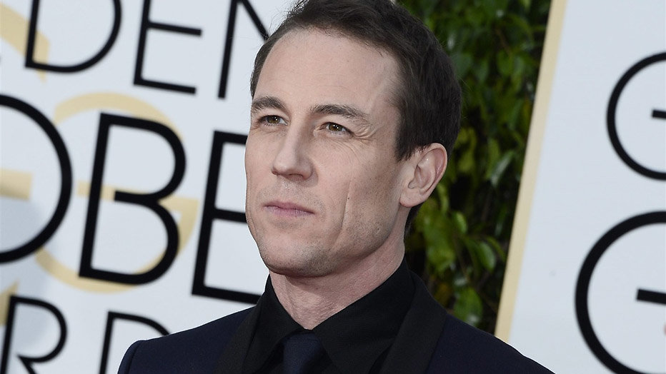 Acteur Tobias Menzies verklapt startmaand derde seizoen The Crown