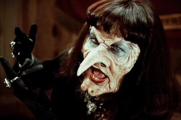 Angelica Huston schittert als heks