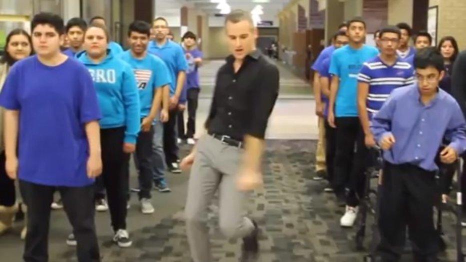 YouTube-hit: swingende leraar maakt funky lipdub door school