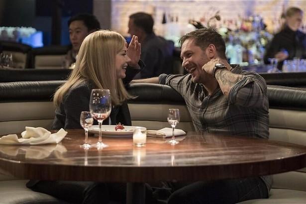 Na een wijntje grijpt hij die chubby blondine bij haar lurven
