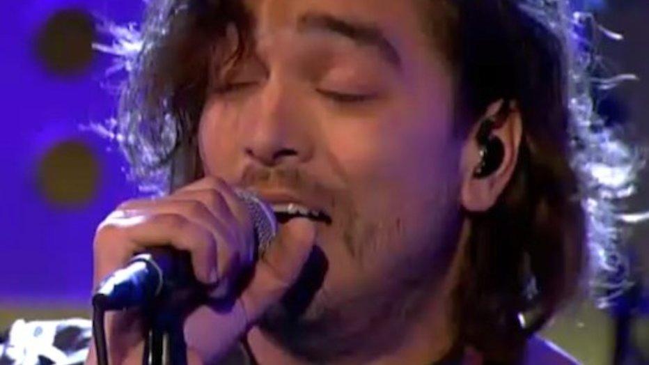 Waylon zingt intens duet met Freddie Mercury in DWDD