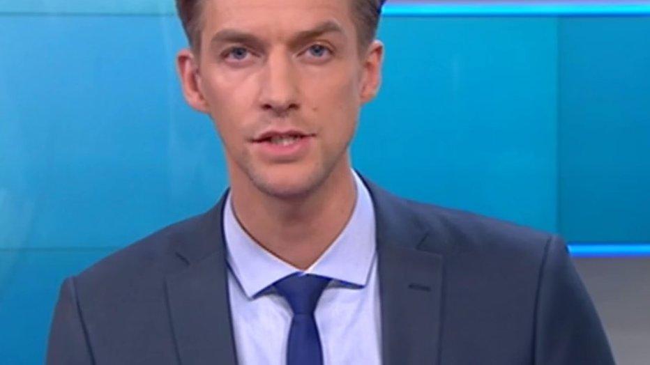 Winfried Baijens presenteert NOS Journaal met valse wimpers