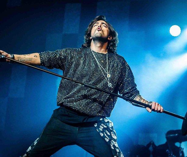 Waylon verdeelt volk met Freddie Mercury-tribute in DWDD