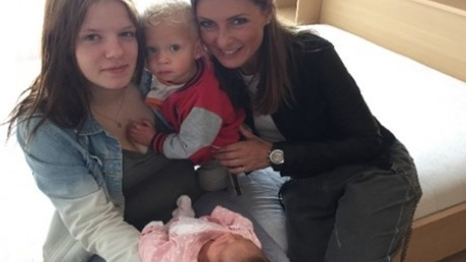 Patty, Melisa en Euvgenia in Vier Handen Op een Buik